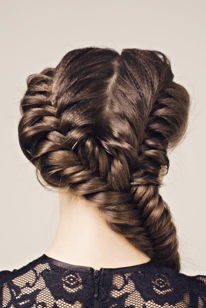 Si tienes mucho cabello, empléalo en dos mágicas trenzas con este estilo.