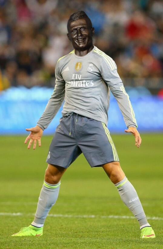 Los memes se burlan de Cristiano Ronaldo y su deforme escultura C8F-uSJV...