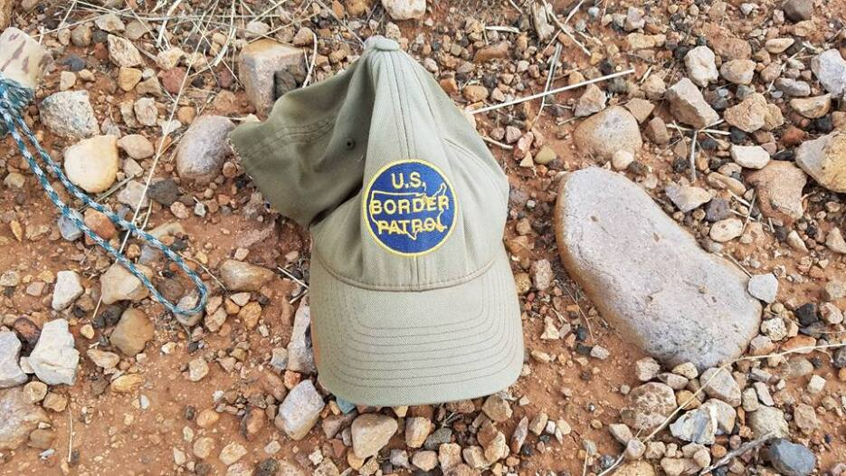 Una gorra de la Patrulla Fronteriza olvidada en el desierto.