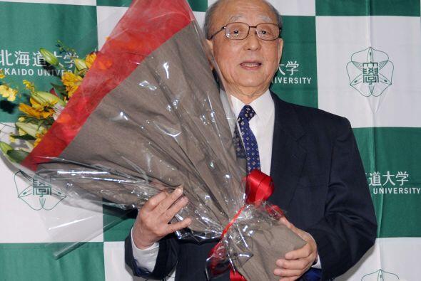 El profesor Suzuki, que fue felicitado junto a Negishi por el primer min...