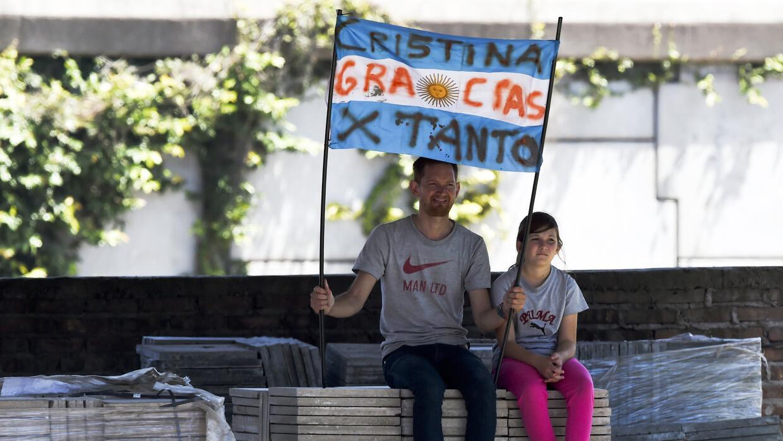 Un partidario de Cristina Fernández sostiene una bandera de agradecimien...