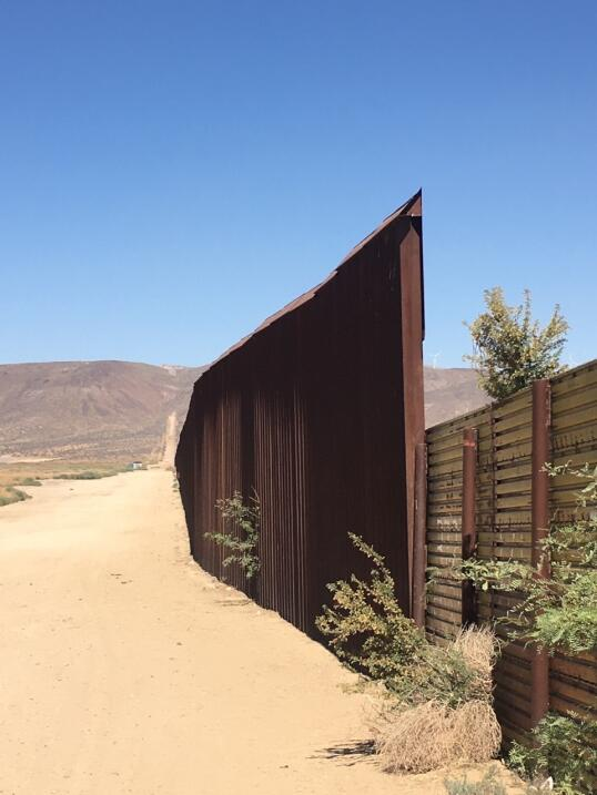California ya cuenta con un muro fronterizo que lleva el nombre de Trump...