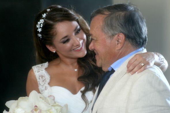 Sherlyn regalándole una sonrisa a su papá.