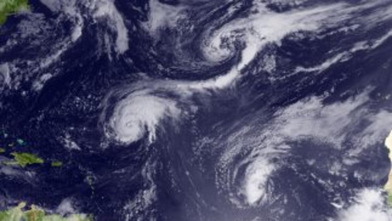 La tormenta tropical Earl, en el este del Caribe, se fortaleció y pasó a...