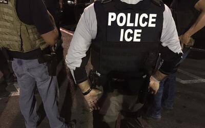 Oficiales de ICE ejecutan una orden de arresto.