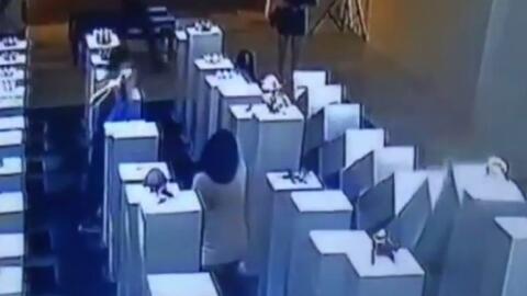 Imagen captada del video de vigilancia que muestra el momento en que una...