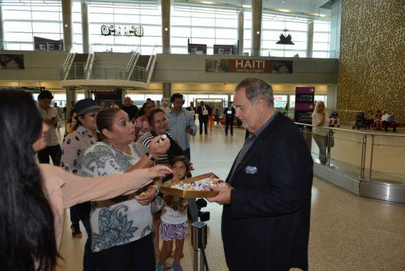 Hasta le dio tiempo de convivir con algunos fans en el aeropuerto. Mira...