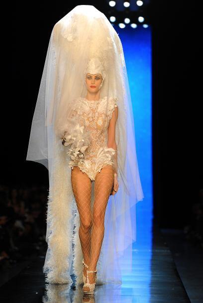 Un extraño vestido de novia con un velo que recubría un enorme penacho d...
