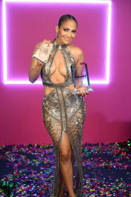 Jennifer López se superó: mira sus vestidos más impactantes en las alfom...