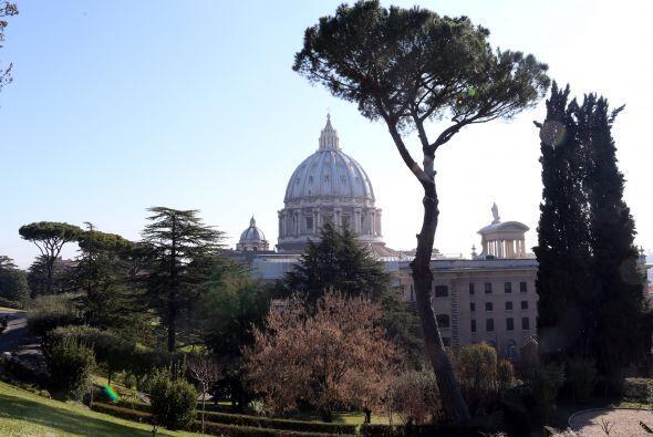 El Papa Benedicto XVI, que anunció su renuncia a partir del 28 de...