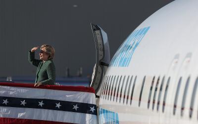 La candidata demócrata Hillary Clinton en su avión de camp...
