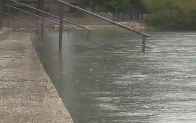 Peligro de desbordamiento del Río Comal en Braunfels, Texas, tras el pas...