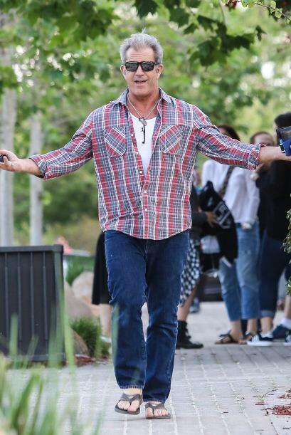 Mel Gibson estaba muy feliz por las calles pero olvido arreglarse un poc...