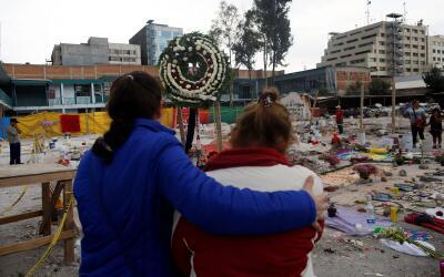 Residentes elevan plegarias y dejan ofrendas en un sitio donde hab&iacut...