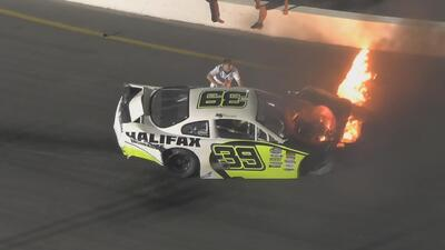 Un padre se lanza a una pista de Nascar para salvar a su hijo piloto de un auto en llamas