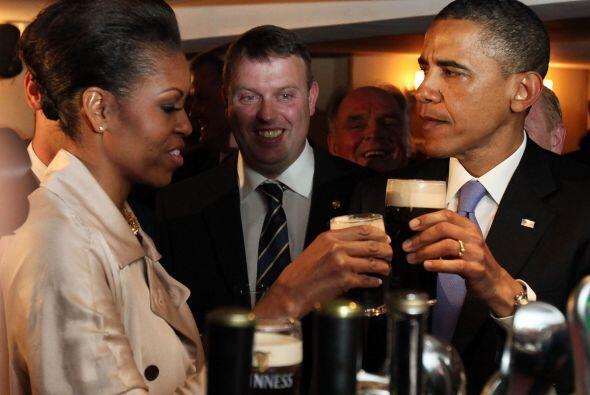 La primera dama también degustó de la cerveza que corrió entre los prese...