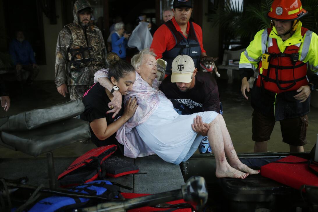 Al norte de Houston, en la ciudad de Spring, voluntarios y autoridades a...