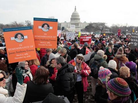 Alrededor de seis mil manifestantes marcharon por el centro de la capita...
