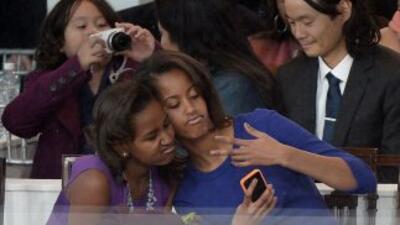 Mientras Barack Obama juramentaba como presidente de EEUU, sus hijas po...