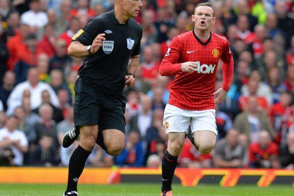 Rooney corrió a reclamar al árbitro por una falta previa, pero el colegi...