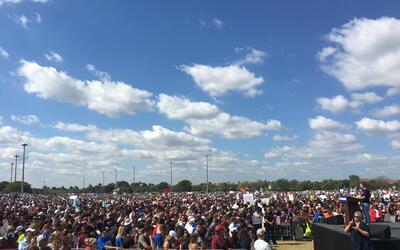 Desde las 10:00 am decenas de miles de personas se congregaron frente a...