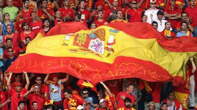 Españoles prenden veladoras a la Virgen de la Almudena para ganar el Mun...