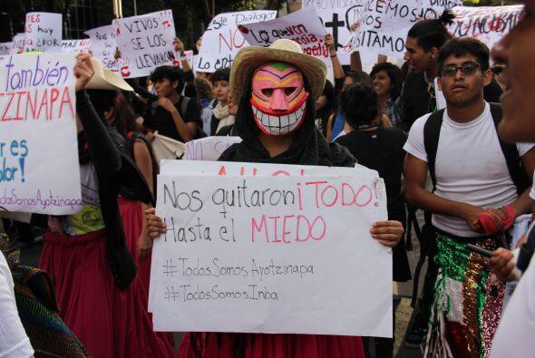 En pocos minutos el hashtag #TodosSomosAyotzinapa comenzó a inundar las...