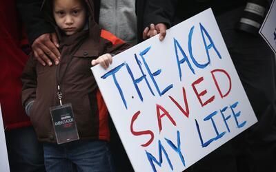 James Cook, de 5 años, participa en una marcha en apoyo a la ley de salu...