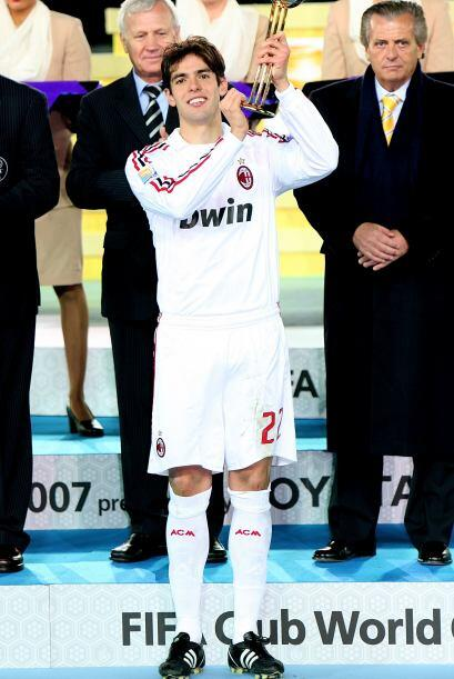 El brasileño Kaka fue elegido como el mejor jugador del torneo y se llev...