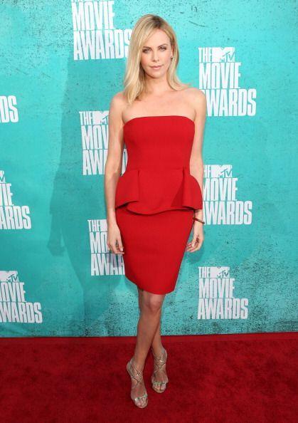 Charlize Theron engalanó estos premios en 2012 con uno de los colores fa...