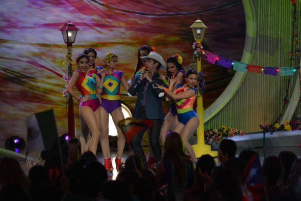 El cantante mexicano llegó al escenario para ponernos a bailar en...