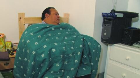 Tiene que dormir en una silla porque su sobrepeso le impide respirar cua...