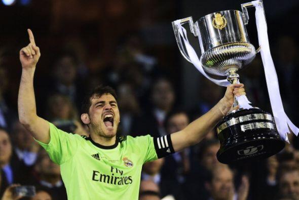 Casillas levantó la Copa que recibió de manos del Rey Juan Carlos.