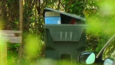 Mujer abandona a su bebé en un bote de basura
