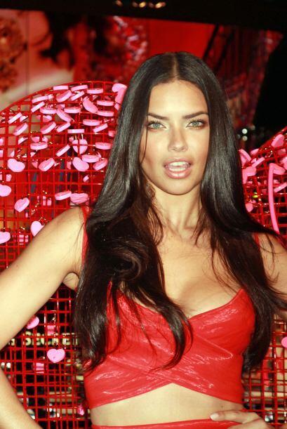 Adriana Lima lució espectacular en la tienda de Victoria Secret.