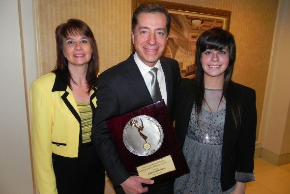 El periodista acompañado de su esposa e hija.