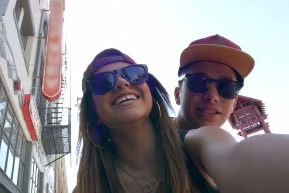 Muy sonrientes, ya no se ocultan, juntos la pasan de maravilla.