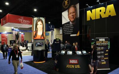 El stand de la Asociación Nacional del Rifle (NRA) durante la Con...