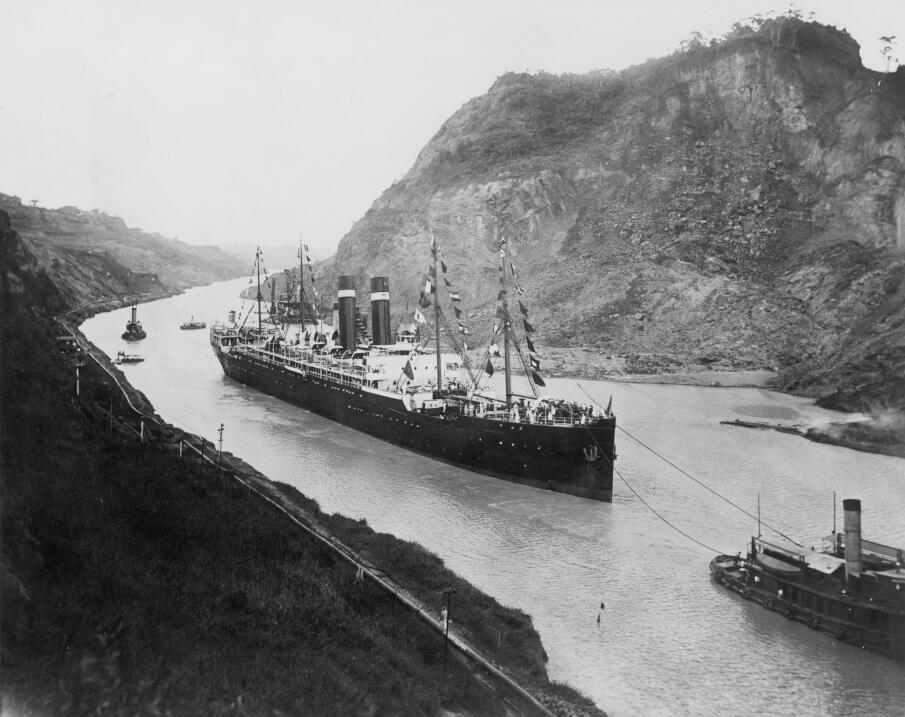 El canal comienza a operar formalmente en 1914. En esta imagen de ese añ...