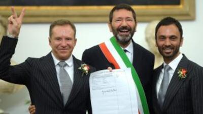 Ignazio Marino, alcalde de Roma, posa con una pareja homosexual después...