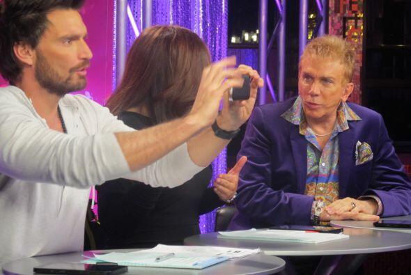 Más tarde vimos a una chica que causó que Julián sacara su cámara para r...