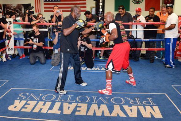 Floyd Mayweather Jr. dio un entrenamiento público donde mostró sus armas...