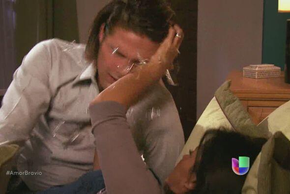 Pero ella imagina de nuevo a Leoncio y golpea a Pablo con un objeto de c...