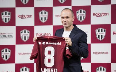 El 'Fantasmita' posa con la playera de su nuevo club.