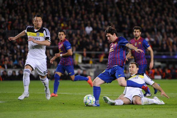 Dani Alves ingresó en su lugar y Guardiola rearmó la defensa. Messi no e...