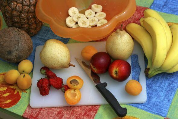 5. Compra fruta fresca, y tómate un rato para lavarla y cortarla. Puedes...