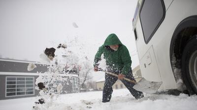 En fotos: cómo palear nieve sin terminar en la sala de emergencia