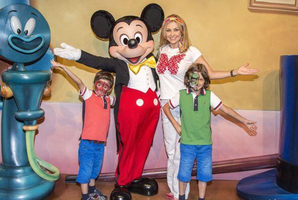 Llevó a sus pequeños, Miguel de siete años y Daniel de cinco a Disneylan...