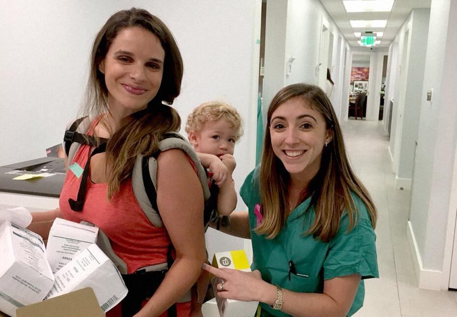 En la fotografía, la doctora Jennifer Schell con una voluntaria que quis...
