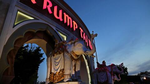 Tres estatuas de elefantes frente al casino y hotel Trump Taj Mahl en At...